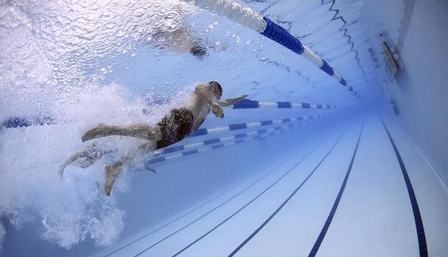hacer ejercicios en la piscina