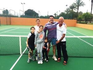 Jugar tenis en familia