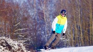 El equipo necesario del snowboard para niños