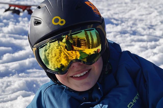 Ropa y accesorios adecuados del material de esquí para niños