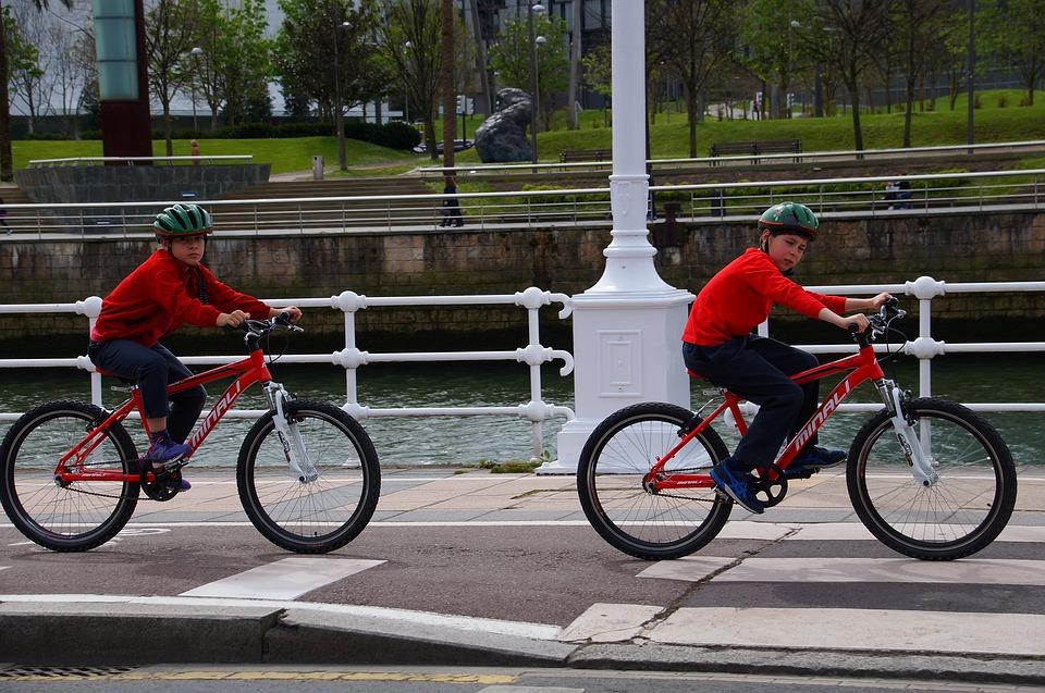 Importancia del casco al ir en bici-dos niños